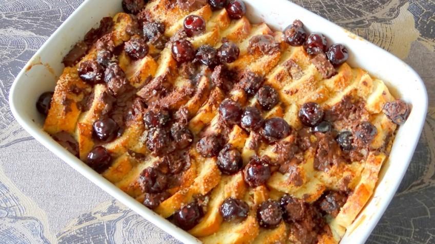 Broodpudding met kersen en chocola