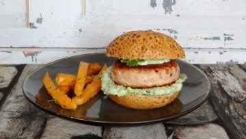 Zalmburgers met avocadomayonaise