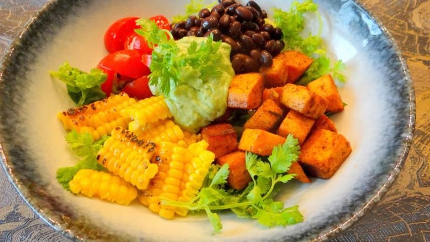 Zoete aardappelsalade met maïs en zwarte bonen