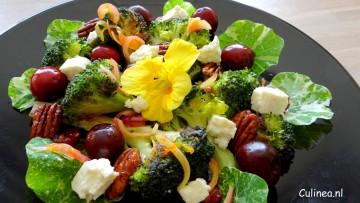 Broccoli salade met gekarameliseerde pecannoten