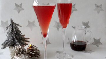 Cocktail van stoofpeertjessiroop en champagne