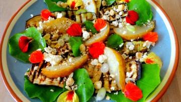Gegrilde aubergine en peer salade en feta
