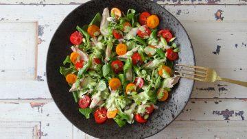 Makreelsalade met tomaatjes en veldsla