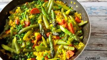 Paella met groene asperges, bonen en doperwten