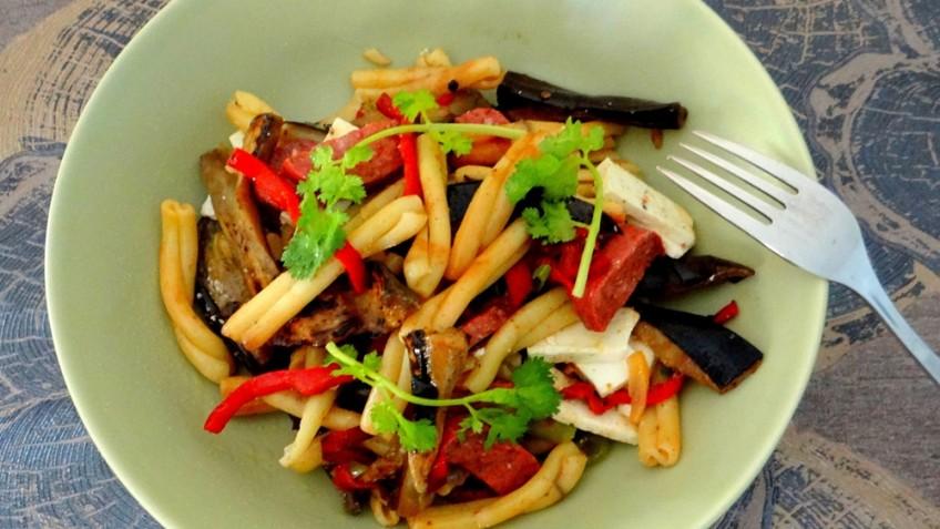 Pastasalade met aubergine en sucuk