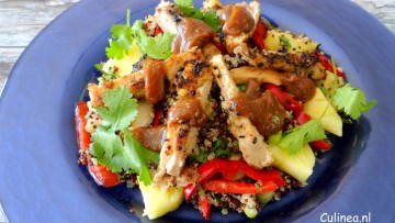 Quinoasalade met kip, ananas en pindasaus