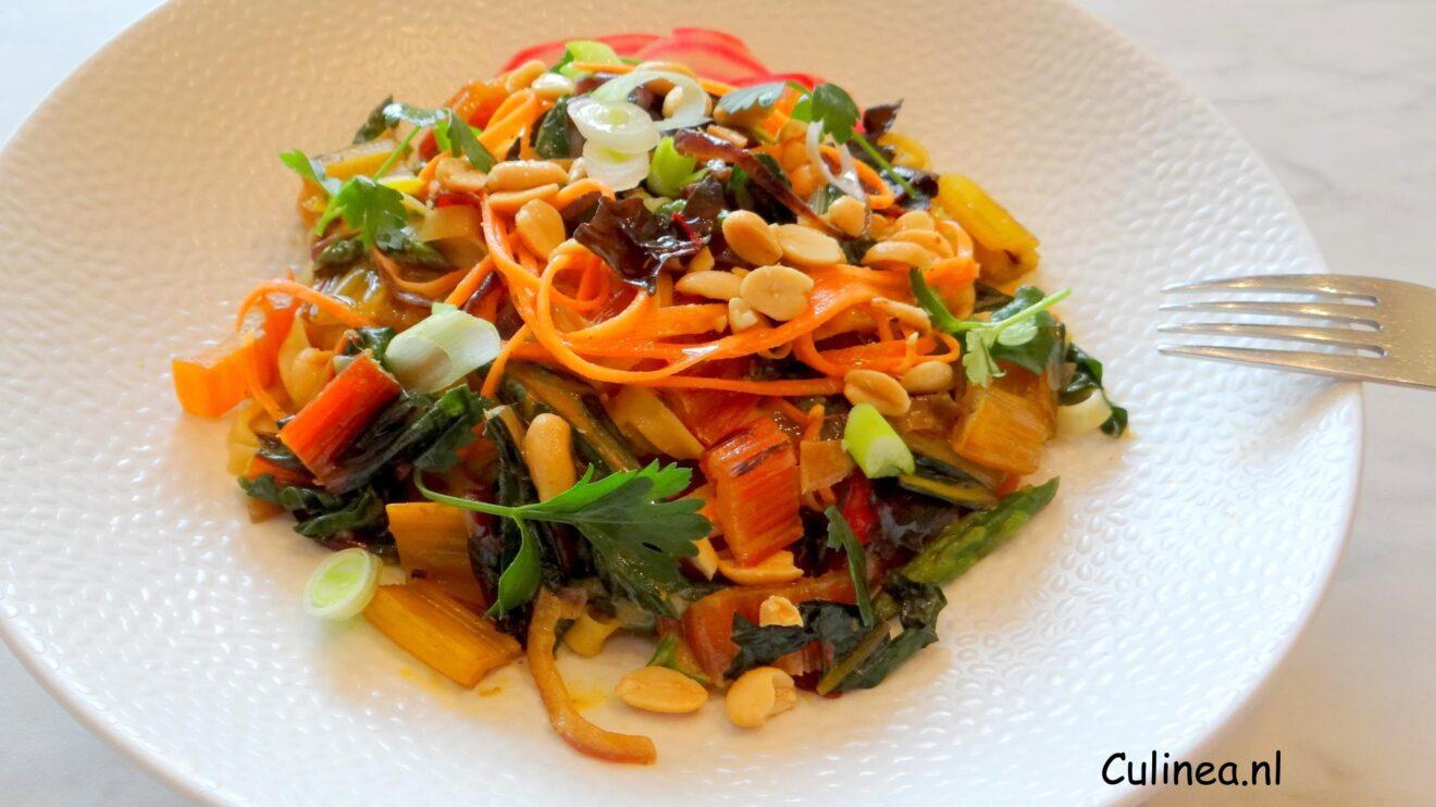 Curry met regenboog snijbiet en noedels