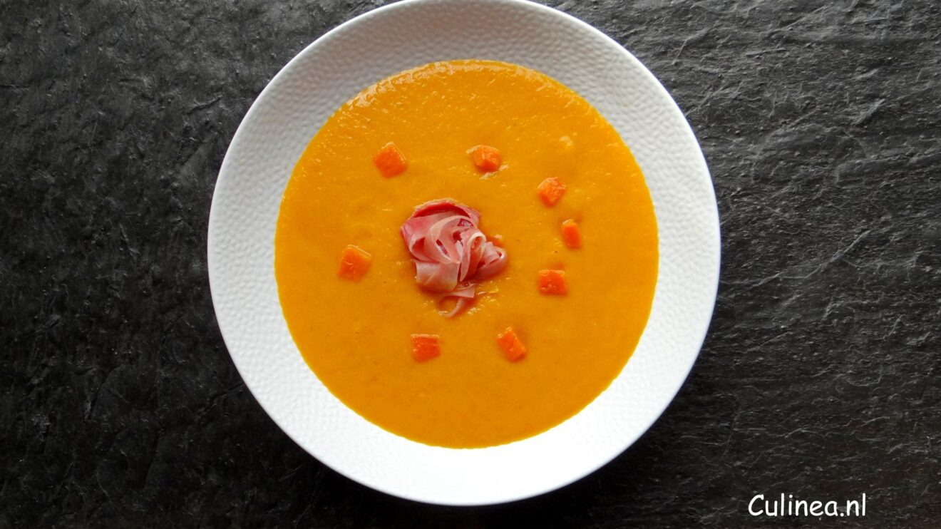 Geroosterde oranje paprikasoep