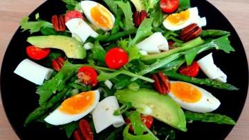 Salade van raapstelen en avocado