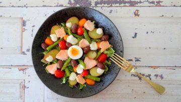 Salade met groene asperges en zalm
