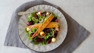 Salade met mini bietjes, makreel en rode ui