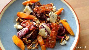 Salade van gegrilde radicchio, wortel, ontbijtspek en blauwe kaas