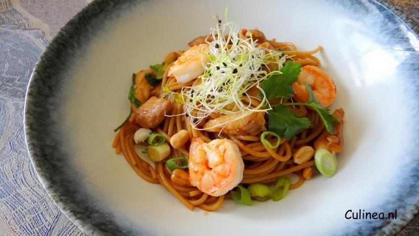 Spaghetti met Oosterse kip en garnalen