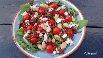Witte bonensalade met tomaatjes en chorizokruimels
