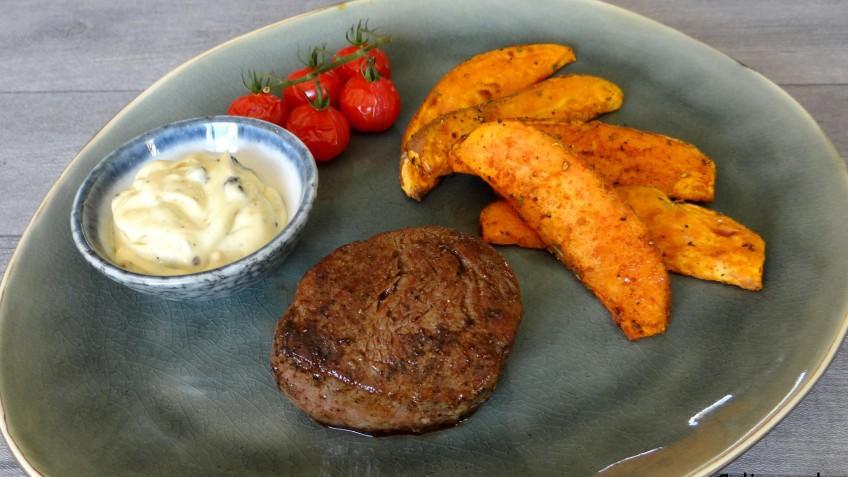 Biefstuk met zoete aardappel parten en zwarte knoflookmayonaise