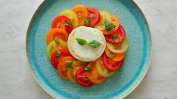 Salade gegrilde geitenkaas met tomaten