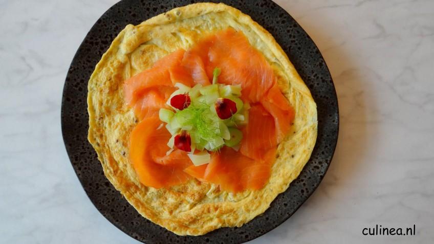 Omelet met gerookte zalm en geblancheerde venkelblokjes
