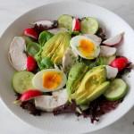 Salade met kip, avocado en ei
