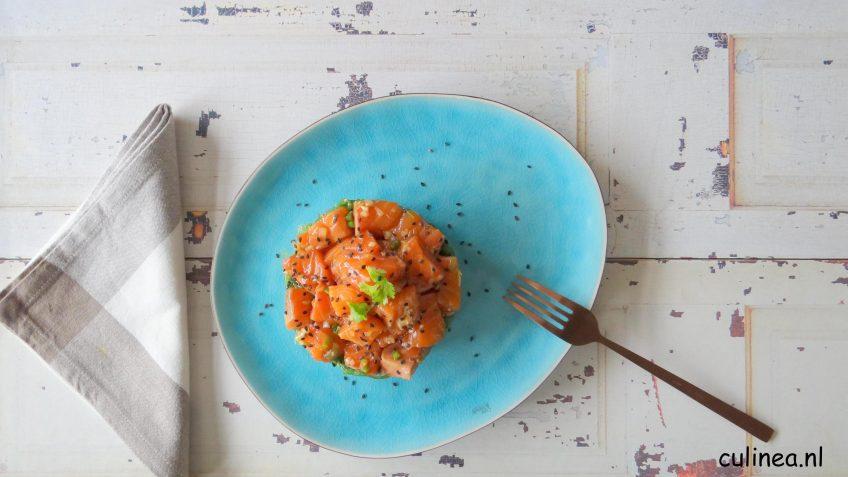 Poke gemaakt van zalm, zeewier en sushirijst