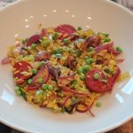 Gele rijst met chorizo, prei en paddenstoelen