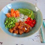 Poke bowl met zalm, bloemkoolrijst en sojabonen