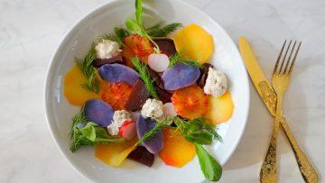 Salade met makreelmousse, truffelaardappel en bietjes