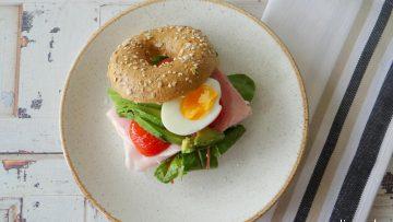Bagels belegd met ham, avocado, tomaat en ei