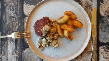 Biefstuk met champignonroomsaus en gebakken krieltjes