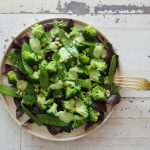Broccoli en peultjes salade met green goddess dressing