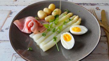 Klassieke asperges met krieltjes, ham en ei