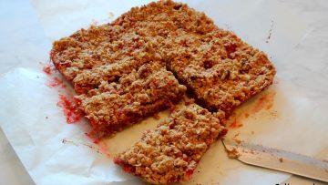 Rabarber aardbeien kruimeltaart