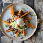 Vegetarische Kapsalon met zoete aardappelfrites