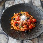 Zoete aardappelspaghetti met Puttanesca saus