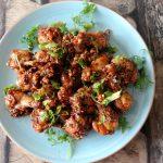 Kipkluifjes met pittige zoete saus, pinda's en koriander