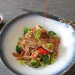 Tonijn met noedels, roergebakken groenten en sojaroomsaus