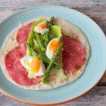 Wrap met groene aspergetips, pastrami en Caesar salade dressing
