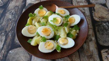 Aardappelsalade met ei en lente-ui