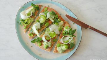 Naanbrood belegd met voorjaarsgroenten