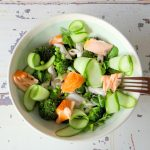 Pasta salade met gerookte zalm, broccoli en komkommer