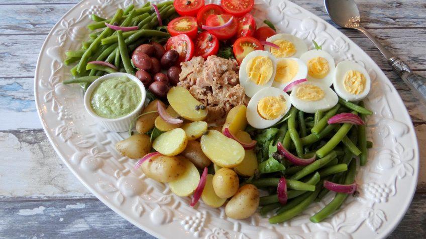 Salade Niçoise met romige basilicumdressing