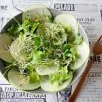 Salade met koolrabi, groene appel en baby boerenkool