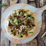 Pizza met mozzarella en shiitake