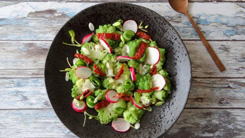 Romanesco salade met komkommer en radijsjes