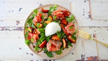 Salade met burrata, prosciutto en wilde nectarines