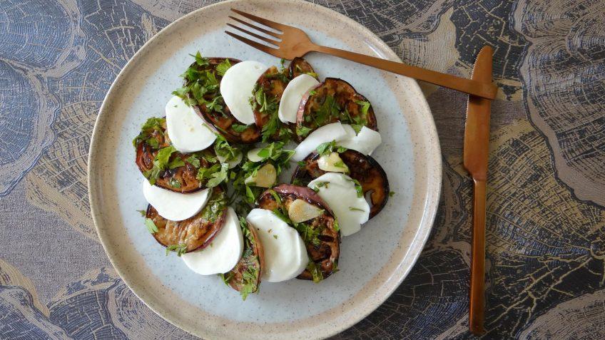 Salade van gegrilde aubergine met sherryazijn en knoflook