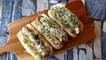 Hotdog van verse worst met wasabi