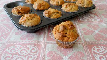 Muffins met appel, rozijnen, walnoten en chaikruiden