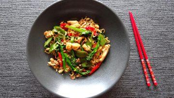 Noedels met kip, bimi, peultjes en paprika