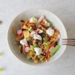 Salade met gerookte kip, gekleurde wortel en druiven