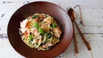 Spaghetti met zalm, spinazie en roomsaus